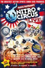 Die Männer im Nitro Circus fliegen auf Motorrädern, Fahrrädern, Skates, Einkaufswagen und anderen Vehikeln durch die Luft.