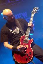Gitarrist Marshall Gill: Nichts auf dem Kopf aber mächtig was in der Hand. (Foto: Helmut Löwe)