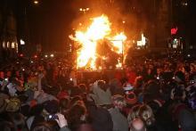 Tausende Jecke feierten in der Nacht zum Aschermittwoch die Verbrennung des Nubbels in Köln. (Foto: Burkhard Breuer)