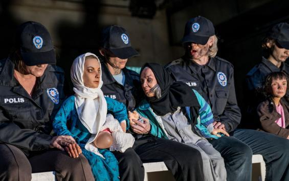 Occident Express: Auch Polizisten sind auf Haifas Flucht alles andere als Freunde und Helfer. Foto: Krafft Angerer / Schauspiel