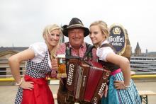 Stimmt sich aufs Oktoberfest sein: Wilfried Wolters vom Veranstalterteam. Foto: Die Koelner