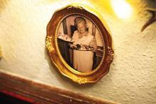 Zur Erinnerung an Paula Kleinmann: Ihr Bild ziert die Wände der Gaststätte. (Foto: Thilo Schmülgen)