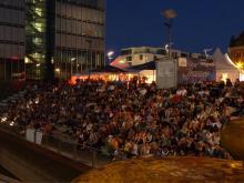 Bis zu 1.000 Kinofans haben auf den Treppen des Open-Air-Kinos am Rheinauhafen Platz.