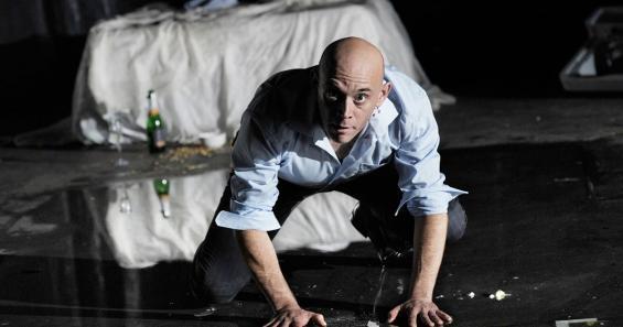 Hat die Moral über Bord geworfen und geht über Leichen: Robert Dölle als Gorge Mastromas. Foto: Thomas Aurin / Schauspiel