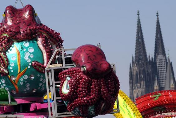 Kraken und Kölner Dom: Das Frühlingsvolksfest auf der Deutzer Werft bietet ein tolles Stadtpanorama. (Foto: Helmut Löwe)
