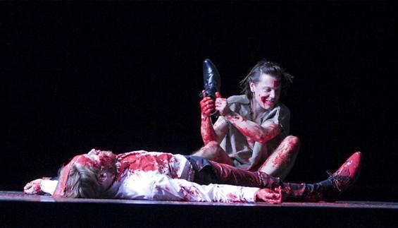 Parzival (Marek Harloff, r.) hat den Roten Ritter (Nikolaus Benda) besiegt und bemächtigt sich jetzt dessen blutverschmierter Rüstung. Foto: David Baltzer / Schauspiel Köln
