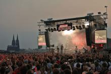 Mit Blick auf den Kölner Dom konnte das Publikum am Donnerstagabend Phoenix live erleben. (Foto: Telekom Streetgigs)