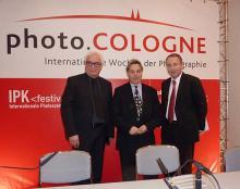 Gemeinsam für die Kölner Fotoszene: Norbert Moos (PIK), Georg Quander (Kulturdezernent) und Oliver P. Kurth (Koelnmesse). Foto: Sven Plaggemeier
