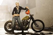 """Steht auf schwere Maschinen: Pink knatterte auf ihrer """"Funhouse""""-Tour auf einem Motorrad über die Videowürfel. (Foto: Andrew Macpherson)"""