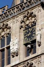 Der Platzjabbek unter der Uhr am Kölner Rathausturm (Foto: Britta Schmitz)