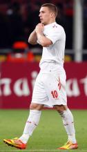 Lukas Podolski hofft auf einen Einsatz. Foto: dapd