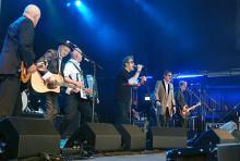 Sieben von acht Mann geben auf der Bühne ihr Bestes. (Foto: Helmut Löwe)