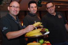 Um fit zu bleiben, greift das Dreigestirn immer mal wieder zu gesundem Obst. (Foto: Helmut Löwe)