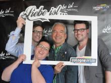 """Jörg Kalitowitsch, Sabine Arnolds und Markus Hilligsberg vom ColognePride-Team freuen sich über prominente Unterstützung von """"Lindenstraße""""-Darsteller Claus Vinçon. (Foto: Katharina Mengede)"""