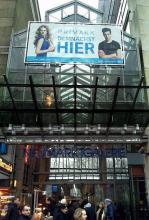 Aktuelles Werbeplakat von Primark an der Außenfassade der Neumarkt-Galerie. (Foto: Viola Niedenhoff)