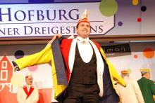 Ab in den Regenmantel: Prinz Ralf wappnet sich für die Schlüssel-Schuhe. (Foto: Viola Niedenhoff)