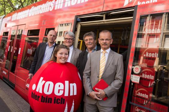 Freuen sich auf die neuen Kölner Internetadressen (v. l. n. r.): Thomas Jacobs (KVB), Stadtdirektor Guido Kahlen, Fritz Schramma (Köln plus Partner e.V.) und Jost Hermanns (NetCologne).