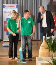 Zuversicht pur Der amtierende Bügel-Weltmeister Daniel Peetz (mitte) vor dem Start des Wisch-Wettbewerbs (Foto: Christian Rentrop)