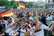 Bis zu 15.000 Menschen tummeln sich beim Public Viewing vor der Lanxess-Arena. (Foto: dapd)