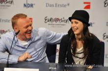 Stefan Raab und Lena Meyer-Landrut am Montag, 31.5., auf der Pressekonferenz in Köln. (Foto: Christopher Adolph)