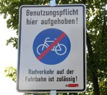 Straße oder Radweg: Diese Schilder weisen den Radfahrer auf seine   Wahlmöglichkeit hin. Und warnen die Autofahrer. Foto: Jürgen Schön
