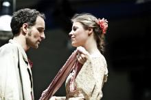 """Makke Schneider und Lisa Biel im Freien Werkstatt-Theater: Mal als """"Harmonika"""" und Jill, mal als Rafael und Juanita. Foto: MeyerOriginals / FWT"""