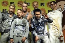 Wo Rammstein auftreten, geht's heiß her: Die Berliner (hier bei den MTV Europe Music Awards) geizen bei ihren Konzerten nicht mit Pyrotechnik und Flammen. (Archivfoto: ddp)
