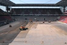 Braun statt Grün: Das Rheinenergie-Stadion bekommt einen neuen Rasen samt Tragschicht. (Foto: Helmut Löwe)