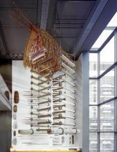"""Metergroßes Raumbild """"Die Welt in der Vitrine"""" im Rautenstrauch-Joest-Museum. (Foto: Martin Claßen und Arno Jansen)"""