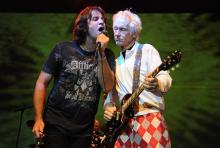 Dave Brock (li.) und Robby Krieger: Der Gitarrist in kecker Clownshose. (Foto: Helmut Löwe)