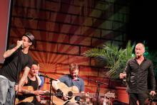 """Die Donots auf der Bühne: Frontmann Ingo Knollmann bezeichnete Cokes als """"einen der unterhaltsamsten Typen der Musikgeschichte"""". (Foto: Helmut Löwe)"""