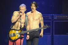 Zwei scharfe Chili-Schoten: Flea und Kiedis oben ohne. (Foto: Helmut Löwe)
