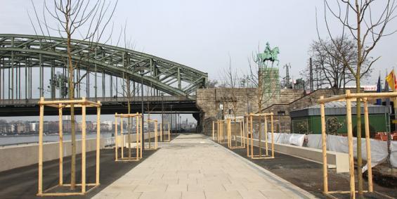 Hier sieht der Rheinboulevard schon fertig aus, an anderen Stellen wird die Fertigstellung aber bis September dauern. Foto: Jürgen Schön