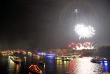 Das riesige Feuerwerk bei Rhein in Flammen taucht Fluss und Ufer in ein buntes Lichtermeer. (Foto: dapd)