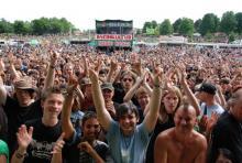 Musikfans, soweit das Auge reicht: Die Bonner Rheinkultur - eines der größten deutschen Festivals. (Foto: Helmut Löwe)
