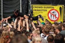 Auf der Rheinkultur wird nicht alles ernst genommen: Crowdsurfen trotz Verbotes. (Foto: Helmut Löwe)