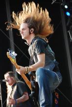 Jon Lawhon: Des Bassist von Black Stone Cherry gibt alles. (Foto: Helmut Löwe)