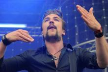 Adam Grahn: Sänger und Gitarrist von Royal Republic. (Foto: Helmut Löwe)