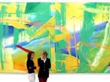 """Besucherinnen vor Gerhard Richters Bild """"Gelbgrün"""""""