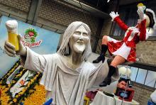 Jesusstatue zeigt mit Kölsch und Funkenmariechen rheinischen Frohsinn. (Foto: Helmut Löwe)