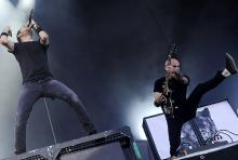 Sänger Tim McIlrath und Gitarrist Zach Blair: Bei Rise Against wird nicht gelangweilt auf der Bühne heumgestanden. (Foto: dapd)