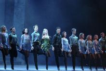 Nahezu synchron springen und steppen die Tänzer über die Bühne. (Foto: Abhann Productions 2007)