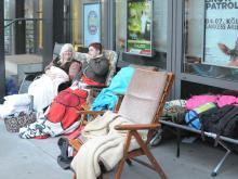Inmitten von Klappstühlen und Decken warten Romy und Uta geduldig auf den Verkaufsstart. (Foto: Katharina Mengede)