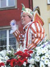 Großzügig zu den jecken Untertanen: Prinz Karneval wirft Kamelle aus vollen Händen. (Foto Helmut Löwe)