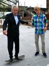 Kölns Oberbürgermeister versucht sich auf dem Skateboard. (Foto: Müller - Facebook-Seite Jürgen Roters)