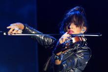 Anne Phoebe: Die Violinistin im glitzernden Catsuit war Blickfang der zwölfköpfigen Truppe. (Foto: Helmut Löwe)