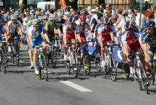 Im Radrennen sind Geschwindigkeiten weit über 40 Stundenkilometer an der Tagesordnung. (Foto: Helmut Löwe)