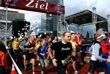 Laufen für den Guten Zweck: Beim Run Of Colours unterstützen die Sportler mit ihrem Lauf die Aidshilfe Köln. (Foto: Fabian Schmelcher)
