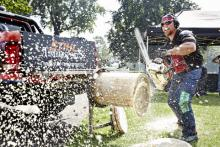 Obacht, hier regnet's Holz: Timbersportler beim Wettkampf Foto: STIHL TIMBERSPORTS® SERIES