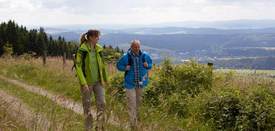 Wandern mit Panoramablick Foto:( Sauerland-Tourismus e. V. / Foto: Tanja Evers)